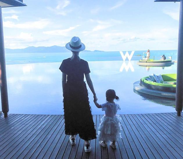 他们一家人在海边游玩,昆凌还配文:拜拜苏梅岛,希望很快可以再回来!