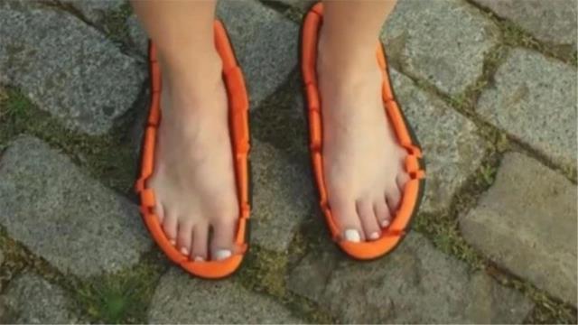 """老外发明""""敞篷跑鞋"""",只有鞋底却没有鞋面,穿着跑步也不会掉!"""