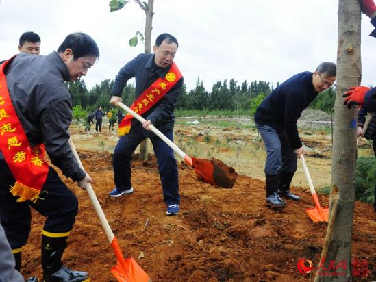 组图:福建省直机关千名党员干部到平潭义务植树