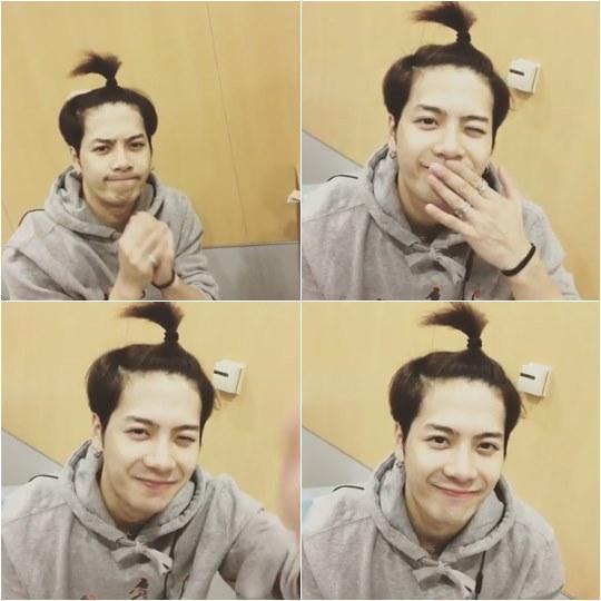 视频中,王嘉尔梳着苹果发髻,小发髻显得可爱活泼.