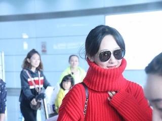 """杨紫现身机场,红色高领毛衣吸睛营造""""小V脸"""",心机太深"""