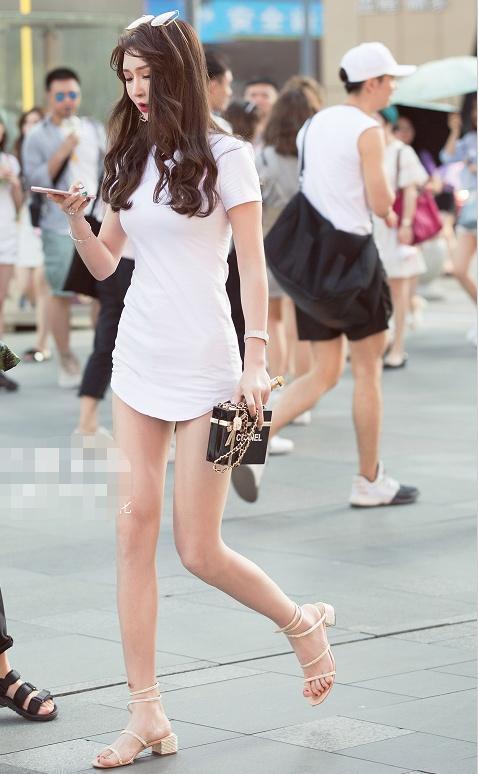 街拍:脏辫美女穿斜露肩紧身连衣短裙,皮鞋配小腿袜撩人十足插图(2)