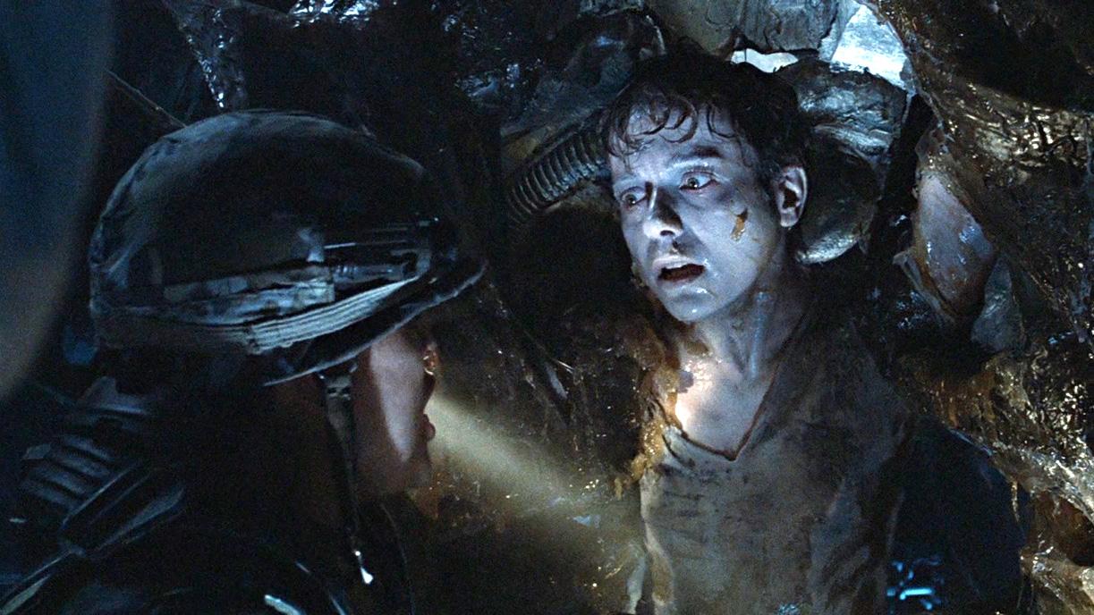 女子被恐怖生物寄生破胸而出!6分钟看完科幻恐怖片《异形2》