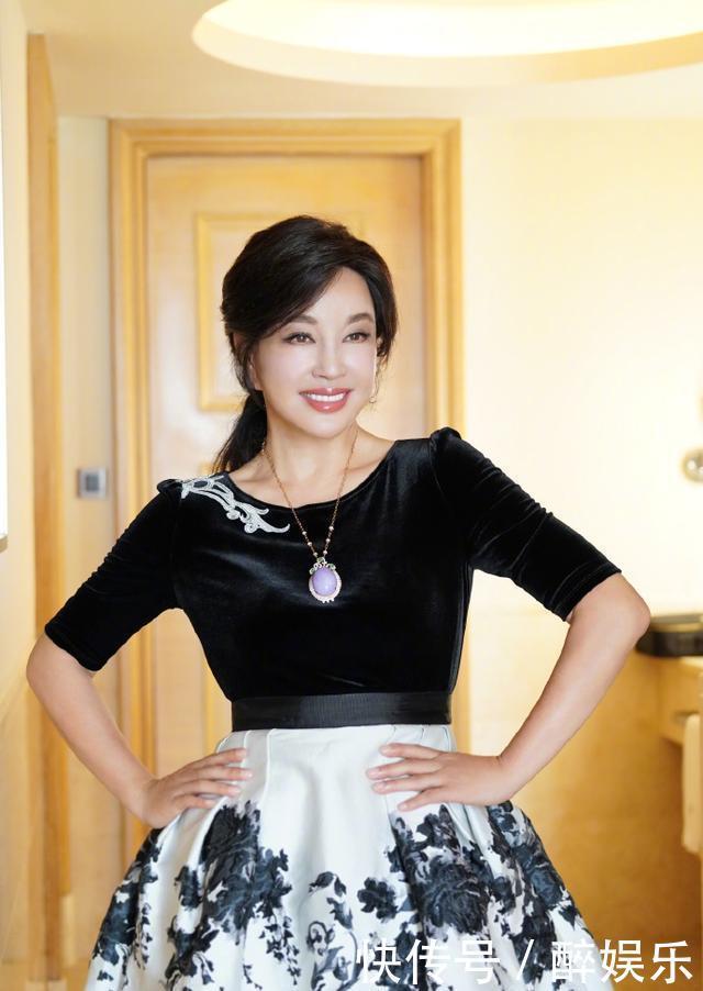 66岁刘晓庆晒美照像30,换头像心情大好,网友:脸和腿颜色不一样