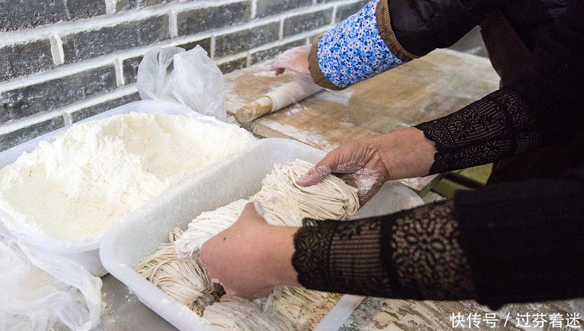 女孩美食做炝锅肉丝面成女生特色,食客不剩汤她说当农家胸小图片