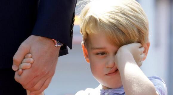 英乔治王子随父母出访 睡眼惺忪狂揉眼
