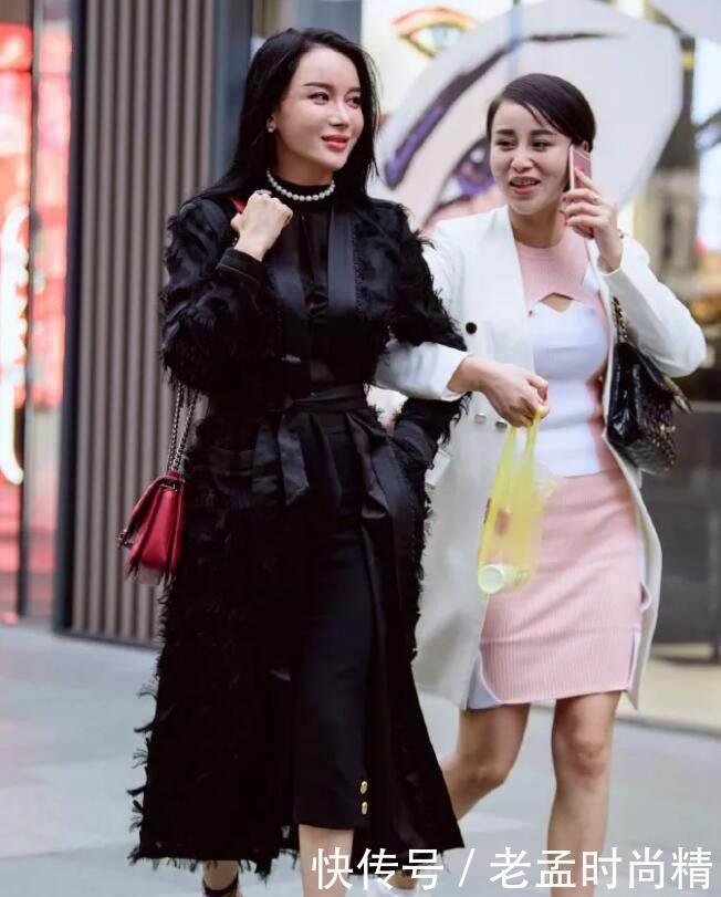 时尚的姐妹, 她们手拉手一起逛街, 微笑中带着自信