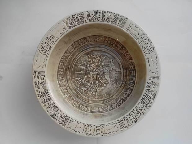 乾隆款银釉雕瓷八仙过海图聚宝盆 请教鉴宝专家当前市场价值是多少