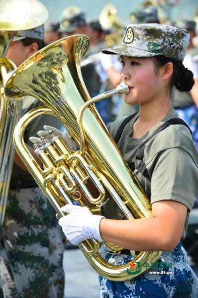 探秘阅兵联合军乐团训练女兵上形体课
