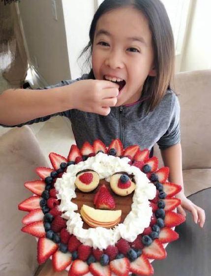 刘涛女儿长胖了,脸型和父亲王珂极像,还是老爸的贴心小棉袄!