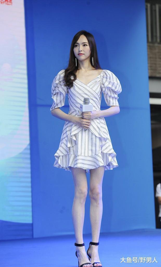唐嫣泡泡条纹裙出席活动, 秀标志性长腿, 直接美过一个夏天!
