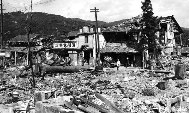 二战老照片,跟电影场景很不一样,第2张照片告诉你日本无法原谅