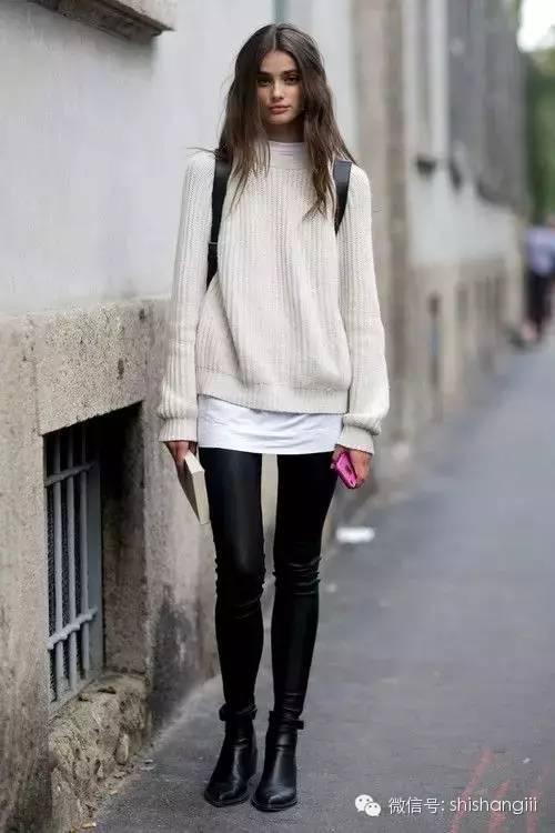白色针织衫搭配黑色皮裤,搭配低粗跟短靴.