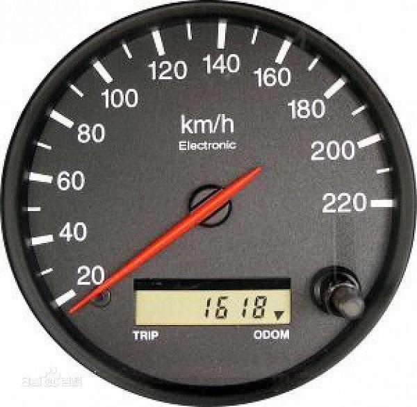 汽车电子里程表与发动机之间是传感器连接.