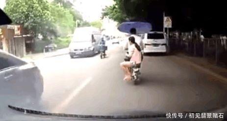 <b>夫妻俩过完情人节,骑电动车回家路上,被视频车拍下尴尬画面</b>