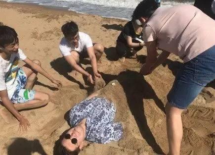 去海边为啥不要把身体埋进沙子里?导游:海水冲上来,你就明白了_图3
