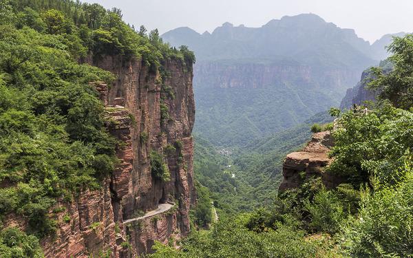 13名村民在悬崖上凿了一条路,堪称世界第九大奇迹 -  - 真光 的博客