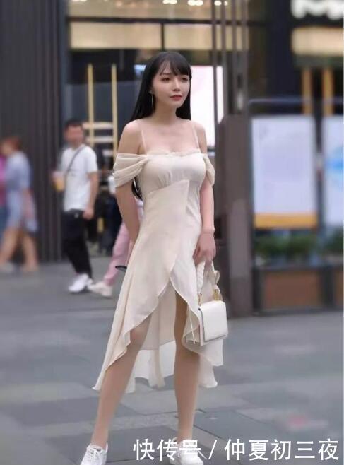 美女街拍:小姐姐穿一字肩连衣裙逛街,显腿显瘦显身材