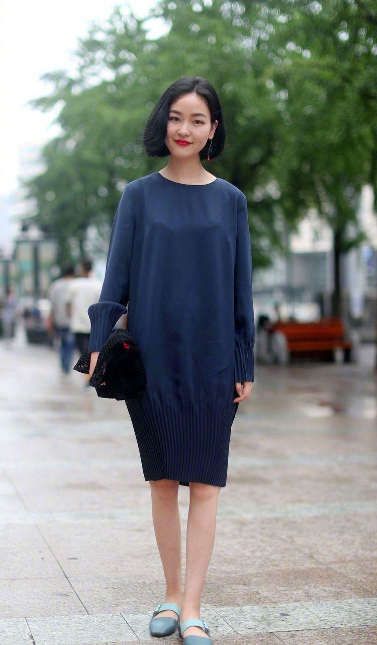 街拍:小姐姐一件黑色的休闲西装搭配黑白色格子裙,很有少女范插图(2)