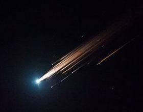 中国火箭飞经美国 连串火球划破天际