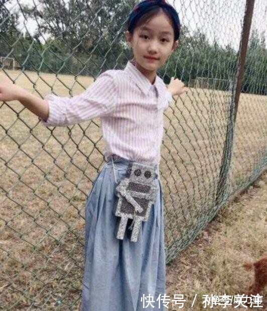 赵薇女儿黄新近照曝光, 小四月长大了, 简直就是