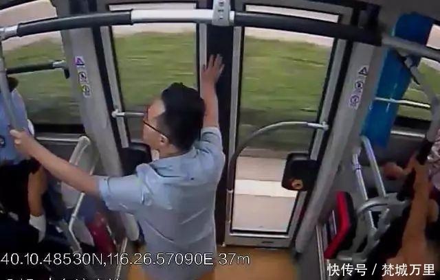 """""""我要下车!下车听到没?""""北京一男子坐过站抢夺方向盘!刑拘!"""