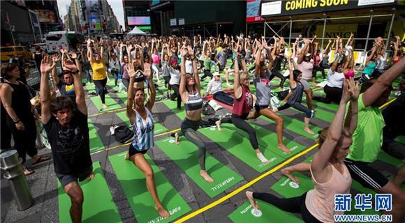 纽约时报广场:瑜伽迎夏至