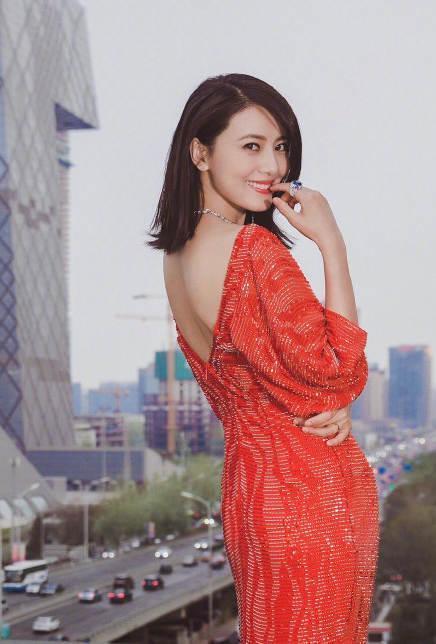 高圆圆只是穿了件露背装拍照,网友就怒骂她配不上赵又廷!
