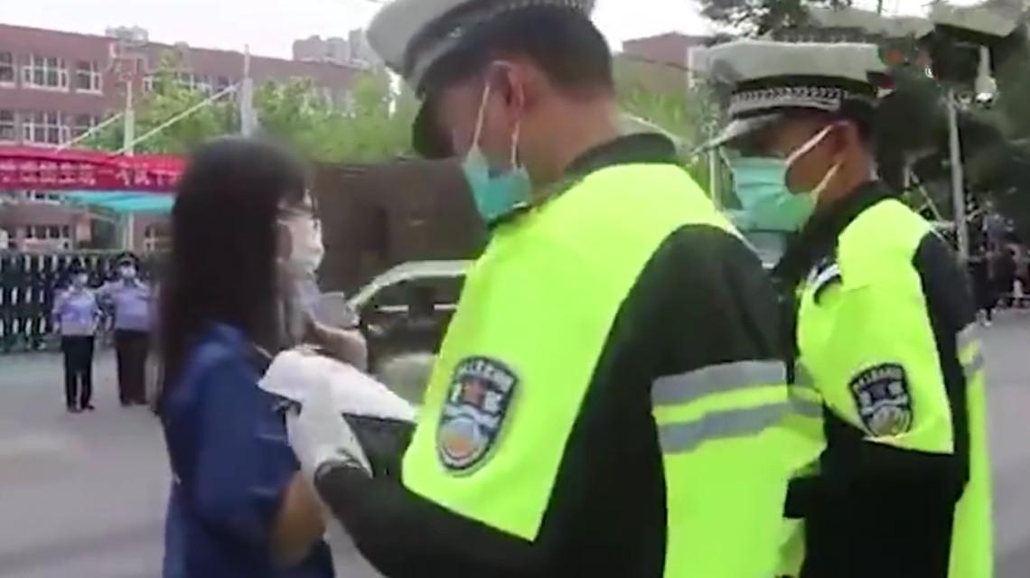 考生因戴金属牙套不能进考场,交警26分钟帮补盖证明