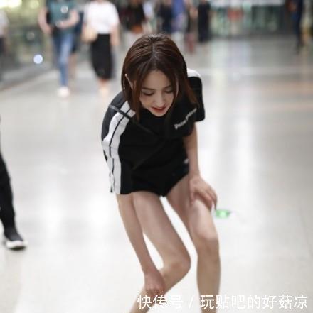 佟丽娅简直了!牛仔短裤这么烂了还穿坐下的瞬间尴尬了!