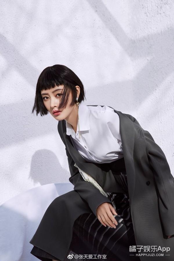 同样都是短发二次元刘海假发,赵丽颖却把它驾驭的可爱十足,完美的