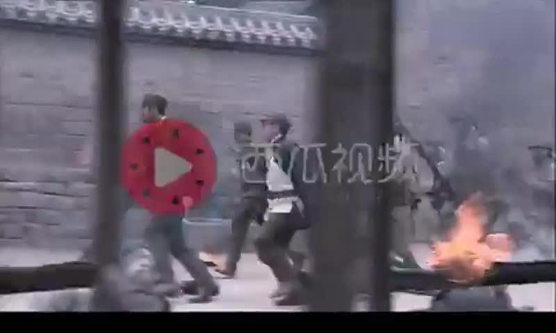日军进村,老人手拿为国尽忠旗等待日军,旗杆上绑手榴弹炸死日军