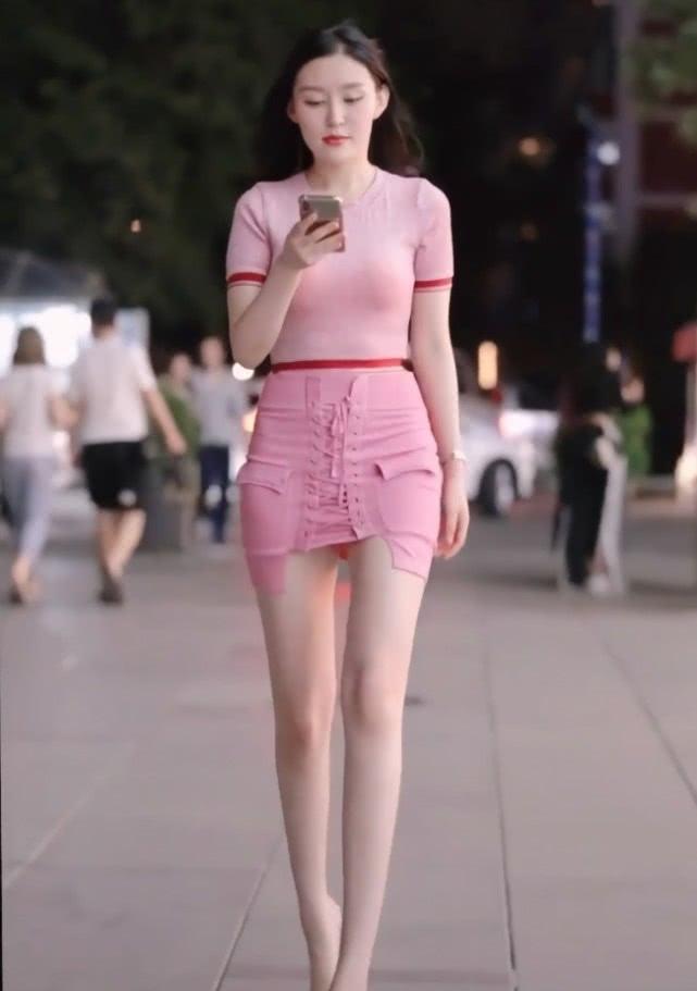 """小姐姐为了吸引眼球,裙子仅靠一根""""鞋带""""支撑,但腿才是焦点!插图(3)"""