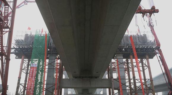 北京新机场轨道线共构段主体结构完工