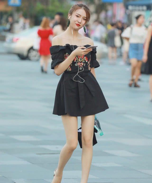 街拍:小姐姐一件白色单肩背心搭配低腰牛仔短裤,尽显时尚魅力插图(3)