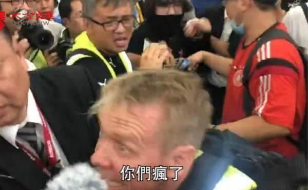 """内地旅客遭暴徒围殴,""""支持示威""""的外国记者都看不下去了"""