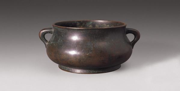 宣德炉在宣德中期模仿宋代的烧斑,掩盖了炉的本质,就用一种外国产的卤