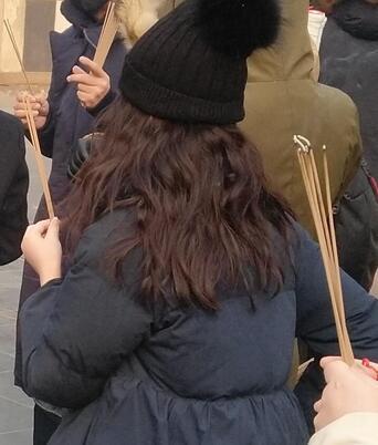 12岁李嫣染了一头红发去烧香,因为一个细节,让大家担心了