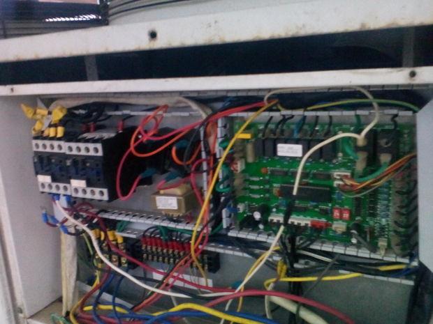 00E 故障:缼相逆相保护(3HP 220V无此项保护) 现象:刚接通电几秒就开始报故障代码,机组无法开机 原因:1,进电源缼相,进线电源未连接好或主线缼相2,进电源相序接反 检查:1,检查进线电源线是否连接好或主线是否缼相2检查进电源相序 处理:1,接好进线电源线或等电源正常2,调换电源相序02E 故障:出水温度过高保护(70) 现象:机组刚开机或者开机一段时间后出现故障代码 原因:1.