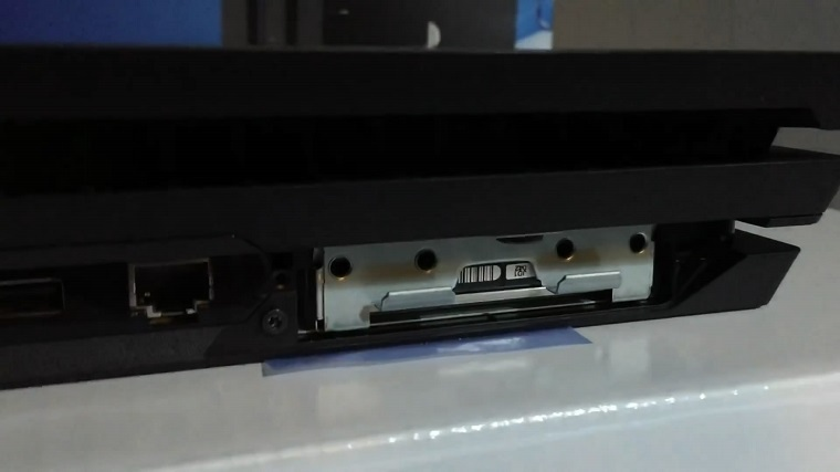 索尼PS4 Pro底部接口