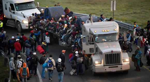 """中美洲移民乘""""大篷车""""前往美国 卡车挤满人"""