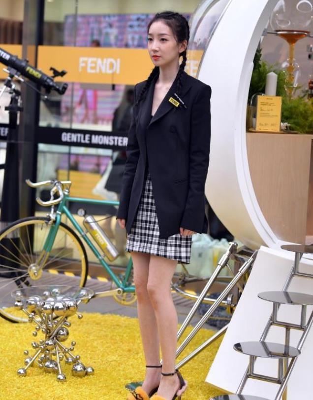 街拍:小姐姐一件黑色的休闲西装搭配黑白色格子裙,很有少女范插图(1)