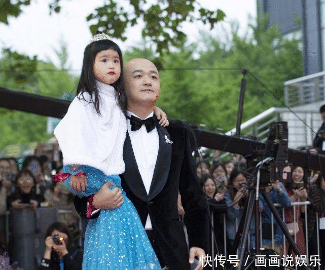 包贝尔带女儿看熊猫,饺子颜值开挂了,4岁女神范十足