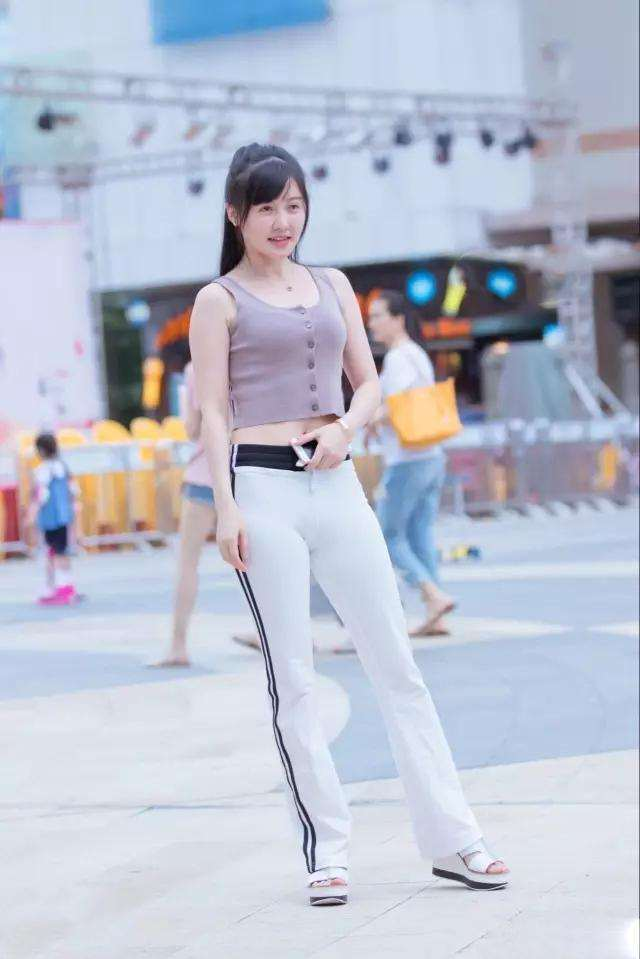 丝街拍:性感辣妈,性感女人裤网站,搭配简约老白色塑形紧身图片
