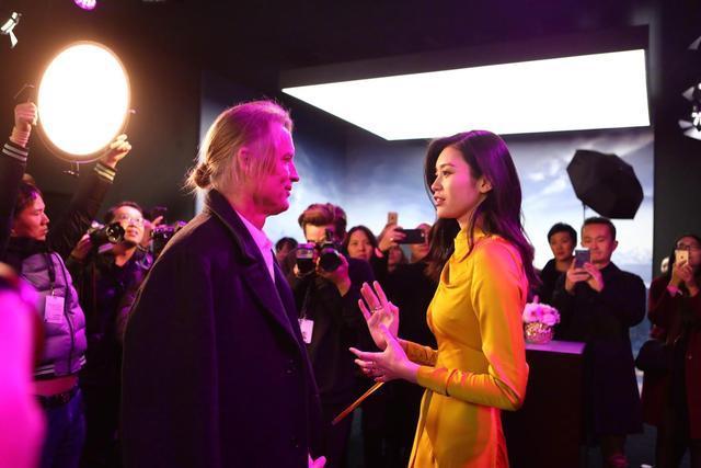 奚梦瑶晒与维密首席摄影师对话照,英文不错哦