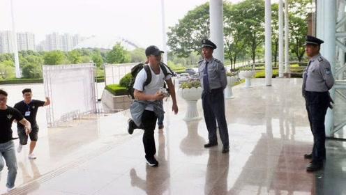 《战狼2》校园路演遇飞机晚点  吴京手机直播道歉