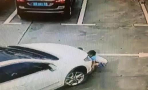 深圳一女司机开车看手机碾压3名孩童 - 一同博 - 一同博DE空间