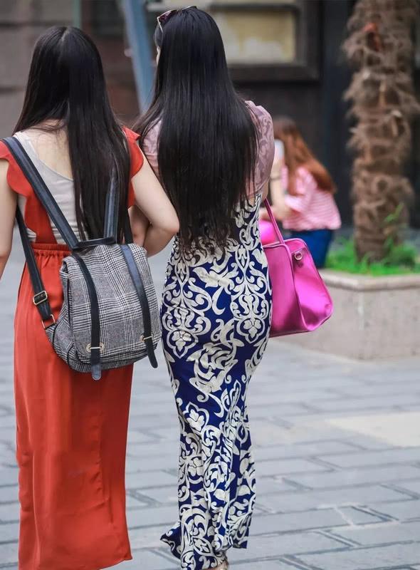 路人街拍:穿着尽显波西米亚风的少妇,拎着大包,这是要去旅游吗