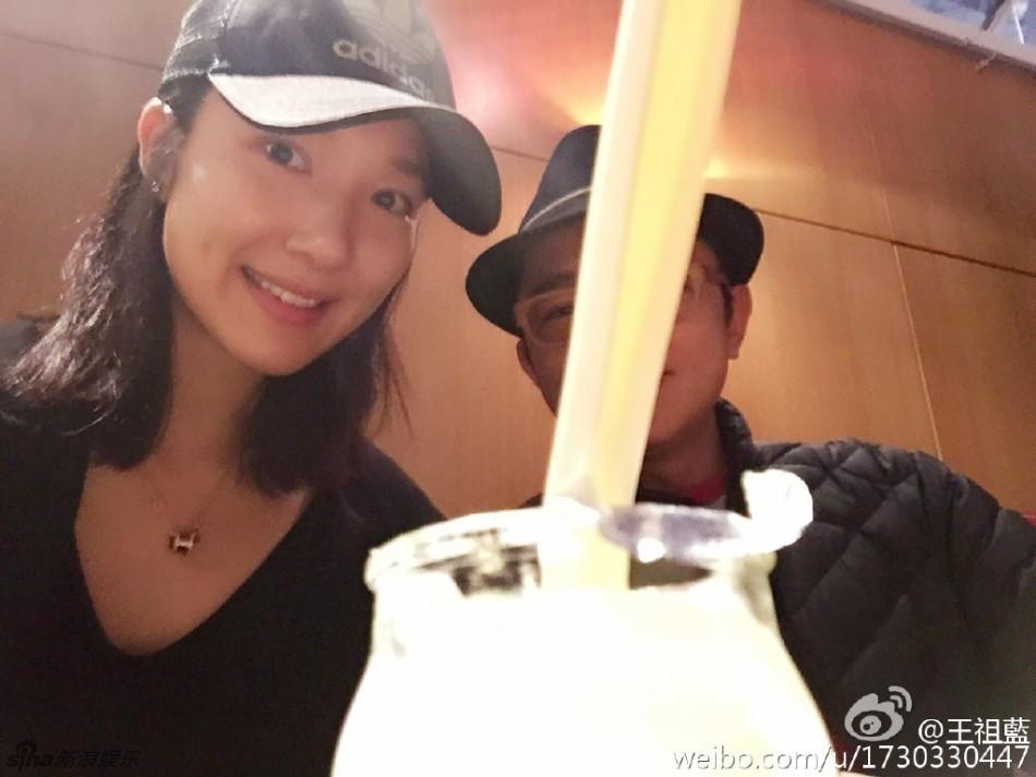 王祖蓝与老婆恩爱享受美食
