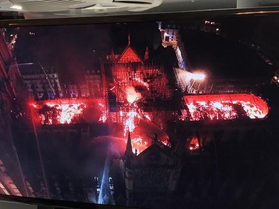 巴黎圣母院大火致屋顶2/3被毁 两座钟楼得以保全